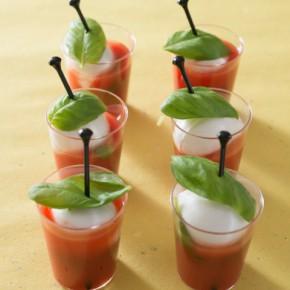 Caprese con ciliegine di mozzarella e succo di pomodoro